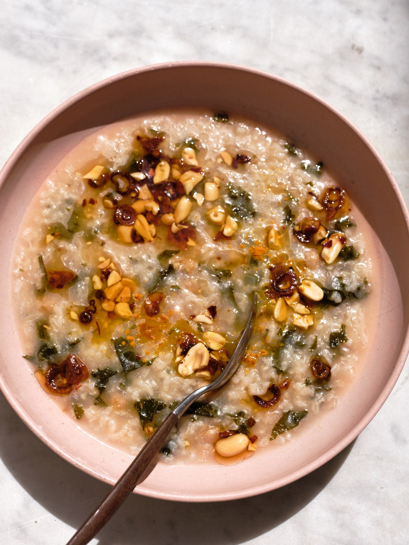Sopa de garbanzos y arroz con aceite de ajo y chile