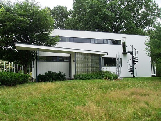 Gropius House, 1938. Image © <a href='https://commons.wikimedia.org/wiki/File:Gropius_House,_Lincoln,_Massachusetts_-_Front_View.JPG'>Wikimedia user Daderot</a> licensed under <a href='https://creativecommons.org/licenses/by-sa/3.0/deed.en'>CC BY-SA 3.0</a>