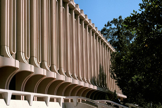 Jack Langson Library at University of California (Irvine). ImageCourtesy of <a href='https://commons.wikimedia.org/wiki/File:UCILibrary.jpg'>Wikimedia user TFNorman</a> (public domain)