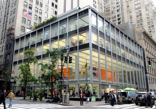 Manufacturer's Trust Building. Image © <a href='https://commons.wikimedia.org/wiki/File:Manufacturers_Trust_Company_Building_510_Fifth_Avenue.jpg'>Wikimedia user Beyond My Ken</a> licensed under <a href='https://creativecommons.org/licenses/by-sa/4.0/'>CC BY-SA 4.0</a>