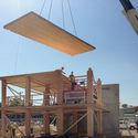 Construção de Acton Ostry Architects Brock Commons. Residência Estudantil da Universidade de British Columbia. Quando concluída, em 2017, o edifício de 18 andares será mais alto edifício de madeira do mundo. Imagem © Acton Ostry Architects Inc. & University of British Columbia