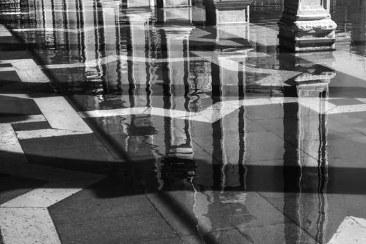 Acqua Alta in Piazza San Marco. Image Courtesy of We Are Here Venice. Image © Anna Zemella