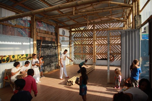 El Trébol: cultural community space. Capoeira workshop. Bogotá, 2015. Image © Arquitectura Expandida. Courtesy of Curry Stone Design Prize