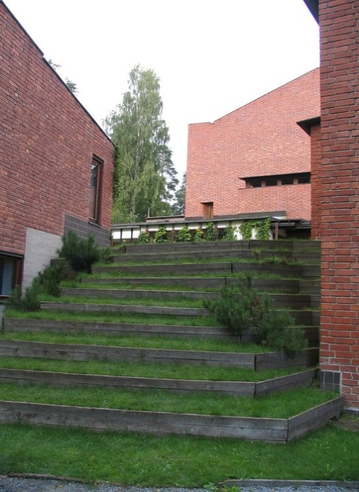 Säynätsalo Town Hall. Image © <a href='https://en.wikipedia.org/wiki/File:SaynatsaloTownHall.jpg'>Wikimedia user Zache</a> licensed under <a href='https://creativecommons.org/licenses/by-sa/3.0/deed.en'>CC BY-SA 3.0</a>