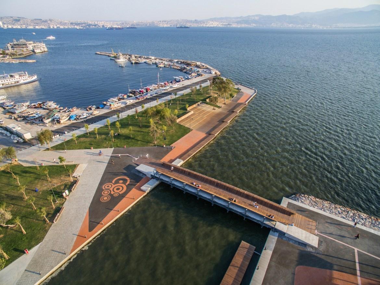 Puente peatonal y espacio recreativo Bostanlı,© ZM Yasa Architecture Photography