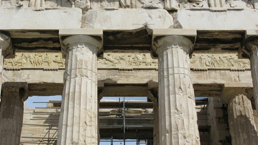 Ionic Frieze behind the Outer Peristyle. Image © Wikipedia User: Marcus Cyron. Licensed Under CC BY-SA 2.0