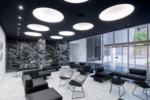 View of The Marlene Hess and James D. Zirin Lounge. Image © Iwan Baan