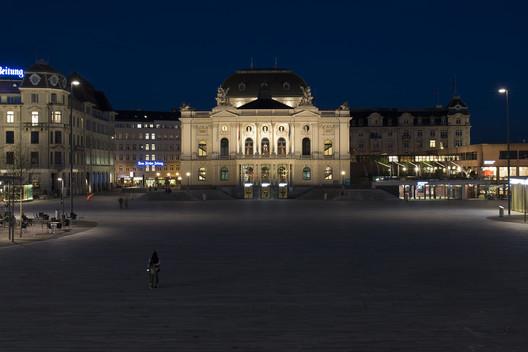 Façade lighting with projection at Zurich Opera House at Sechseläutenplatz. Photo by Juliet Haller. Image © Stadt Zürich