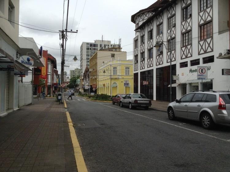 A extensão do meio-fio diminui a exposição dos pedestres ao tráfego de veículos. Foto: Marta Obelheiro/ EMBARQ Brasil. Image Cortesia de TheCityFix Brasil