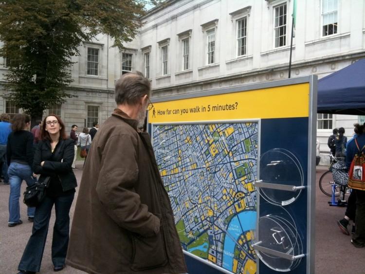 Sinalização informativa em Londres mostra onde o pedestre pode chegar em 5 minutos de caminhada. Foto: Charlotte Gilhooly. Image Cortesia de TheCityFix Brasil