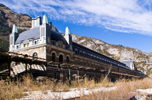 © <a href='https://commons.wikimedia.org/wiki/File:Canfranc_Station_Color.jpg'>Wikimedia user Alberto Pascual</a> licensed under <a href='https://creativecommons.org/licenses/by-sa/3.0/deed.en'>CC BY-SA 3.0</a>