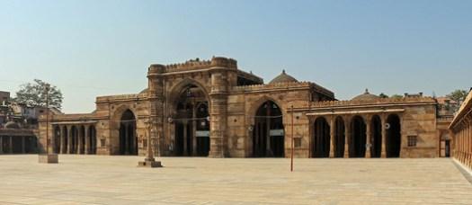 Jama Masjid, Ahmadabad. Image© <a href='https://commons.wikimedia.org/wiki/File:Jama_Masjid,_Ahmedabad_01.jpg'>Wikimedia user Bernard Gagnon</a> licensed under <a href='https://creativecommons.org/licenses/by-sa/2.5/deed.en'>CC BY-SA 2.5</a>