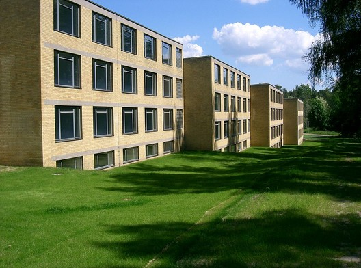 Student Halls at the ADGB Trade Union School in Bernau . Image© <a href='https://commons.wikimedia.org/wiki/File:Bernau_bei_Berlin_ADGB_Schule_Wohntrakte_vorne.jpg'>Wikimedia user Dabbelju</a> licensed under <a href='https://creativecommons.org/licenses/by-sa/3.0/deed.en'>CC BY-SA 3.0</a>