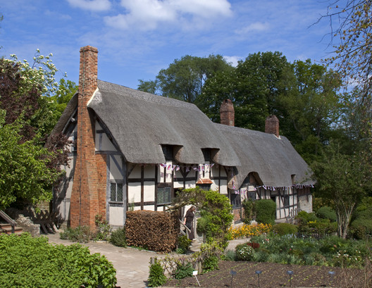 "Anne Hathaway's Cottage, England. © <a href=""https://en.wikipedia.org/wiki/Tudor_architecture#/media/File:Anne_Hathaways_Cottage_1_(5662418953).jpg"">Wikimedia Commons user Tony Hisgett</a> licensed under <a href=""https://creativecommons.org/licenses/by-sa/2.0/"">CC BY 2.0</a>. Image Courtesy of Tony Hisgett"