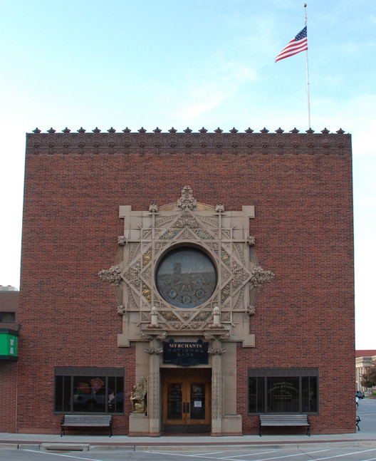 Merchants' National Bank in Grinnell, Iowa. Image © <a href='https://commons.wikimedia.org/wiki/File:Louis_Sullivan_Jewel_Box,_Grinnell,_Iowa.jpg'>Wikimedia user Manop</a> licensed under <a href='https://creativecommons.org/licenses/by-sa/3.0/deed.en'>CC BY-SA 3.0</a>