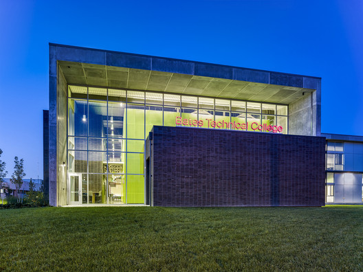 Bates Technical College -Advanced Technology Center; Tacoma, Washington / McGranahan Architects. Image © Francis Zera Photography