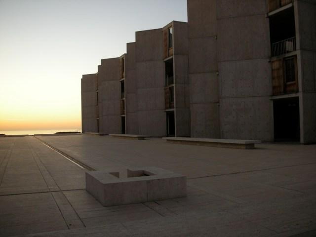 Instituto Salk / Louis Kahn. Imagem © <a href='https://www.flickr.com/photos/tatler/689357223/' data-recalc-dims=