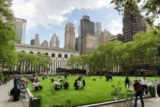 Bryant Park, New York . Image © <a href='https://commons.wikimedia.org/wiki/File:New-York_-_Bryant_Park.jpg'>Wikimedia user Adam Jones</a> licensed under <a href='https://creativecommons.org/licenses/by/3.0/deed.en'>CC BY 3.0</a>
