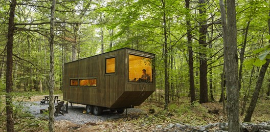 This tiny house in the woods can be rented via Getaway. Image © Roderick Aichinger
