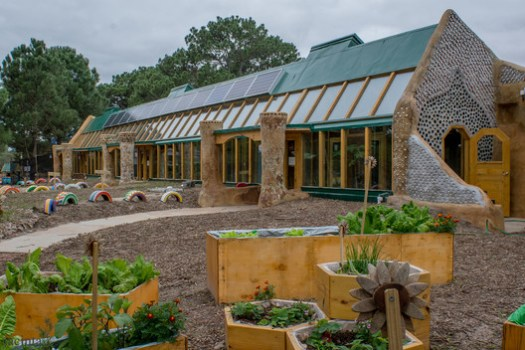 The sustainable school built by Michael Reynolds in Uruguay. Image via Earthship Biotecture / Tagma