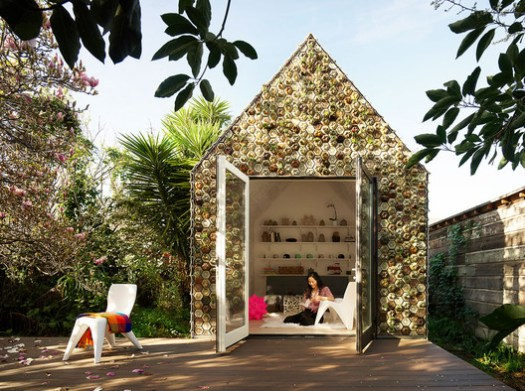 The cabin is integrated into the landscape thanks to the hundreds of succulents and air plants that comprise the facade and are held by the 3D-printed hexagonal planter tiles. 3D-printed chairs and tables, also designed by Emerging Objects, serve as both indoor and outdoor furniture. Image © Matthew Millman
