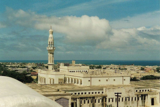 The Mosque of Islamic Solidarity. Image Image © ctsnow <a href='https://commons.wikimedia.org/wiki/File:Isbaheysiga_Mosque_in_Mogadishu.jpg'>via Wikimedia</a> licensed under <a href='https://creativecommons.org/licenses/by/2.0/deed.en'>CC BY 2.0</a>