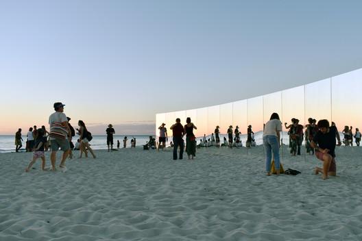 10_-_The_Desert_Island_-_Gj%C3%B8de___Partnere_Arkitekter_-_(c)_Gj%C3%B8de___Partnere_Arkitekter On Cottesloe Beach, Gjøde & Partnere Arkitekter Create a Floating Desert Island for Sculpture By The Sea Architecture