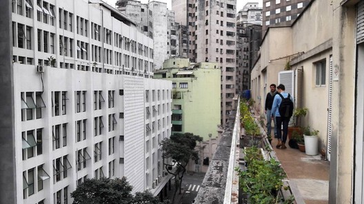 "Romullo, along with Pedro Vada, another of <a href=""https://www.archdaily.com.br"">Archdaily Brazil</a>'s editors, observing the streets in Sao Paulo. Image Courtesy of Romullo Baratto"