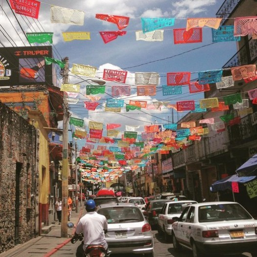 Streets and flags. Image © Victor Delaqua