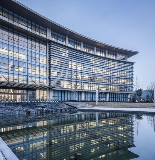 Building Under Reflection. Image © Yijie Hu
