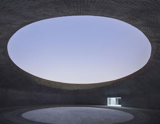 Night view inside the empty courtyard. Image © Hengzhong LYU