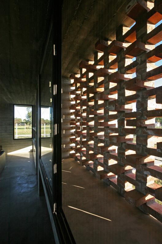 16_Casa_Suburbana_-_Fotos_Besoni%CC%81as_Almeida Suburban House / Besonias Almeida Arquitectos Architecture