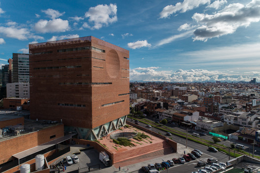 Fundación Santa Fé de Bogotá Hospital Expansion in Bogotá, Colombia / Giancarlo Mazzanti Sierra. Image © Alejandro Arango