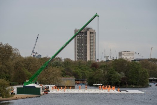 On top of the floating platform, workers install the steel frame of the London Mastaba. Image © Wolfgang Volz