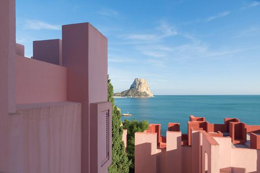 a22bbee17b9e8eda6b953001_rw_1920 Ricardo Bofill's La Muralla Roja Through the Lens of Andres Gallardo Architecture