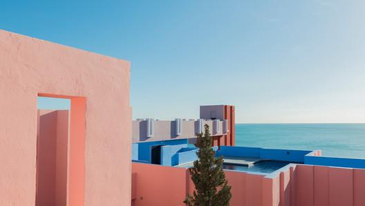 a453d05c31dde17595fc564a_rw_1920 Ricardo Bofill's La Muralla Roja Through the Lens of Andres Gallardo Architecture