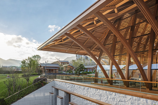 Fish-bellied truss supporting structure. Image © SCHRAN Architectural Photography