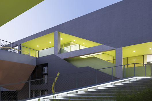Continuous climbing walkway links and runs to the roof-top garden. Image © Zhi Xia