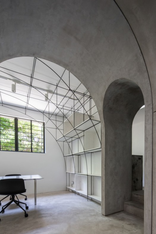 Arched door between the meeting room and the model room. Image © Ripei Qiu