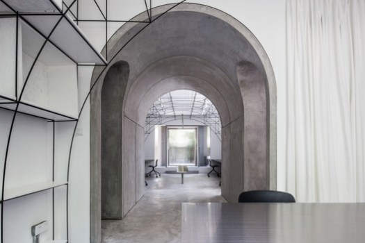 Axis through the meeting room, the archway and the main office. Image © Ripei Qiu