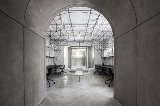 Axis through the the archway and the main office. Image © Ripei Qiu