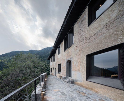 Use Traditional Craftsmanship to Repair Reserved Bauxite Walls. Image © Guangkun Yang