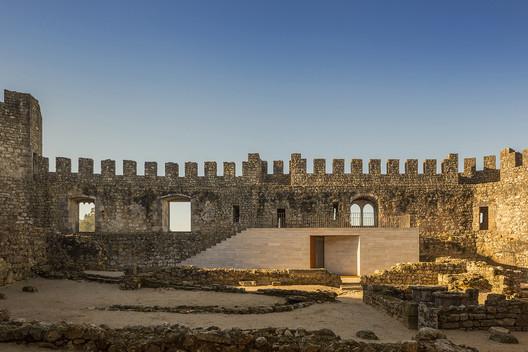 Pombal Castle's Visitor Centre / COMOCO. Image © Fernando Guerra   FG+SG