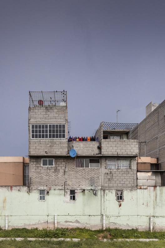 Vivienda de interés NO social en las periferias de la Ciudad de México. Image © Zaickz Moz