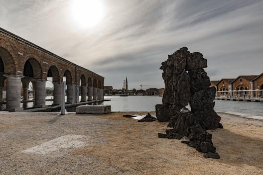 'Carbon to Rock' en la Biennale Architettura 2021. Fotografías: Raul Betti y Adolfo Guiard Torre-Marín. Image Cortesía de Igneous Tectonics