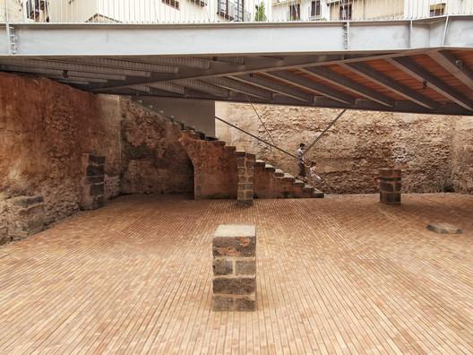 Plaza de la Sinagoga (Synagogue Square) / El fabricante de espheras + Grupo Aranea + Cel-Ras Arquitectura. Image © Lluís Bort