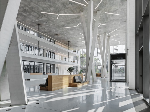 The three groups of tree-like supports tower over three storeys in the foyer. Unlike in most other cases, they were not concreted from above but from below. Image © Thilo Ross Fotografie