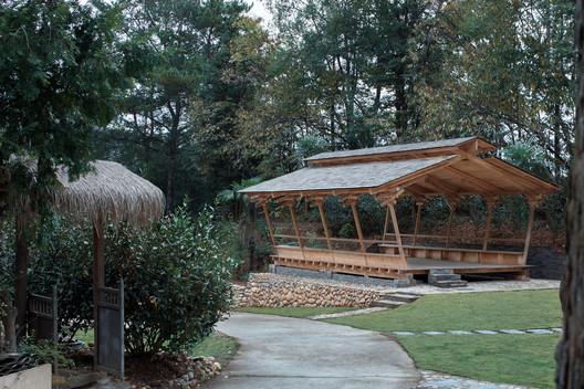 the wide pavilion. Image © Zhi Xia