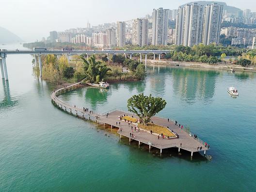 Water Garden & Viewing platform in the Yangtze River. Image © Guodong Sun