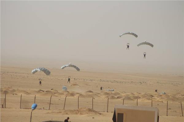 المظلات المصرية والروسية تنفذان إبرار جوي لاقتحام بؤرة إرهابية مسلحة